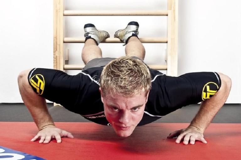 Упражнения на пресс на шведской стенке